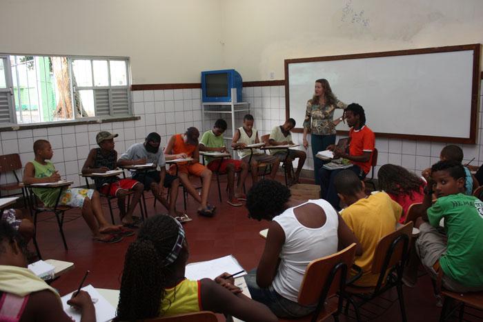 (No centro, à direita) Professora Carla Dias e o grafiteiro Thito lama