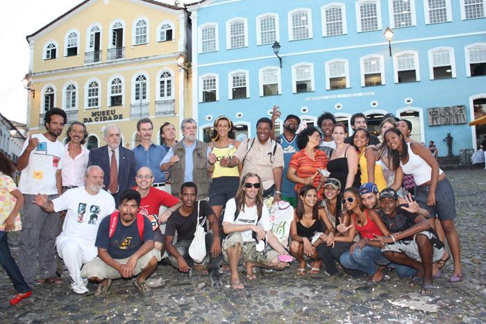 """Artistas, autoridades, """"staff"""" do ICBIE e amigos reunidos no Largo do Pelourinho, após o encerramento do evento"""