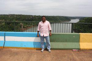Marco divisório da ponte: ao fundo, o rio Paraná
