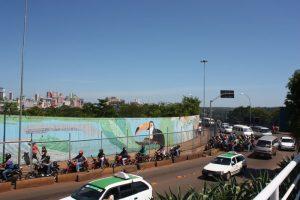 Detalhe do painel temático que contorna o acesso de saída para Foz de Iguaçu