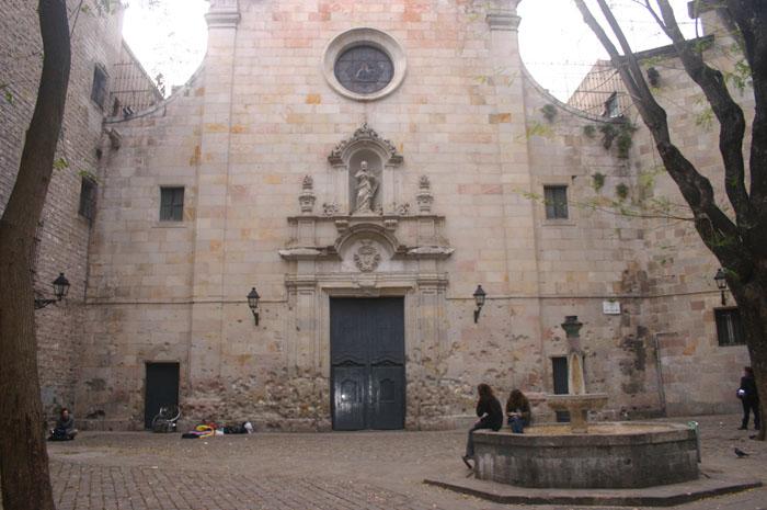 Marcas das balas podem ser vistas na parte inferior da fachada da igreja