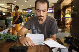Matias no Bourbon Café, Shoping Barra: conferindo a pauta da entrevista