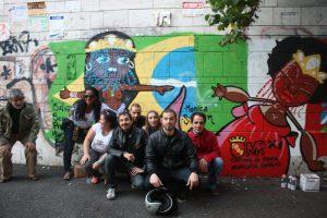 """Mônica (blusa verde) entre Pietro (E) e o """"staff"""" do ICBIE na Comuna IX de Roma"""