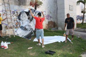 Chagas (e) e Lúcio Telis na montagem do fotografite no centro de Salvador