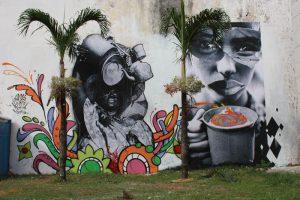 Fotografite dos artistas Zito, Chagas e Lúcio Telles no centro de Salvador