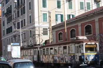 Bondinho grafitado estacionado ao lado da Estação Termini em Roma
