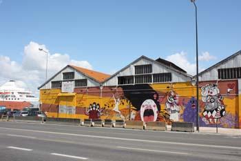 Painel grafitado nos armazéns próximo a Doca Bom Sucesso em Lisboa