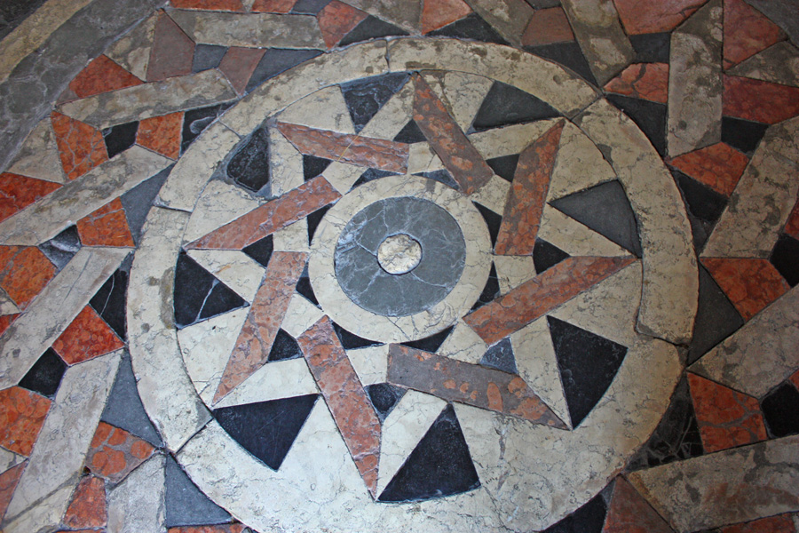 Igreja de Santa Inviolata: além da beleza interior, o piso chama atenção pelas formas geométricas