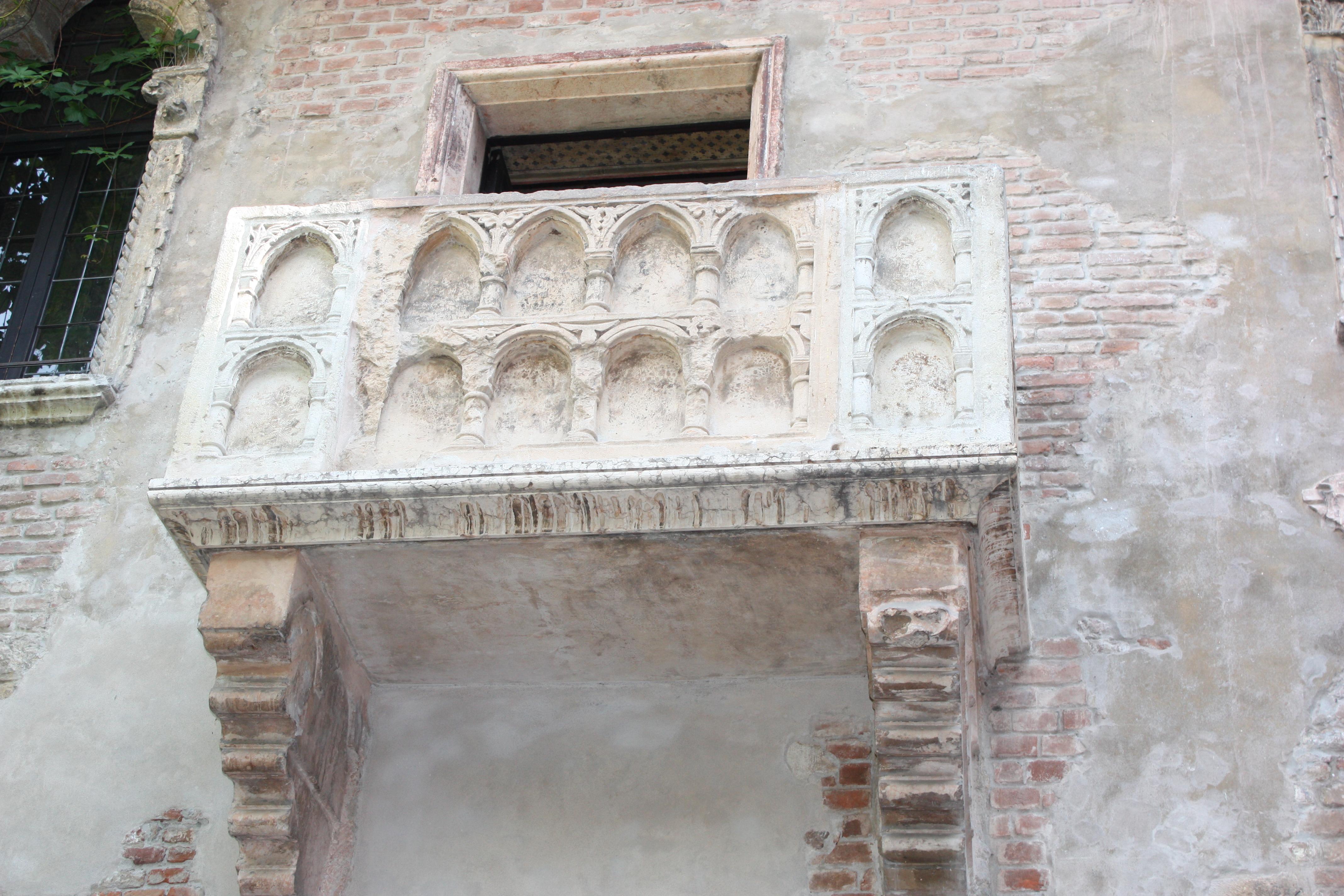 Deste balcão, supostamente, Giulietta declarou-se ao seu amado Romeu
