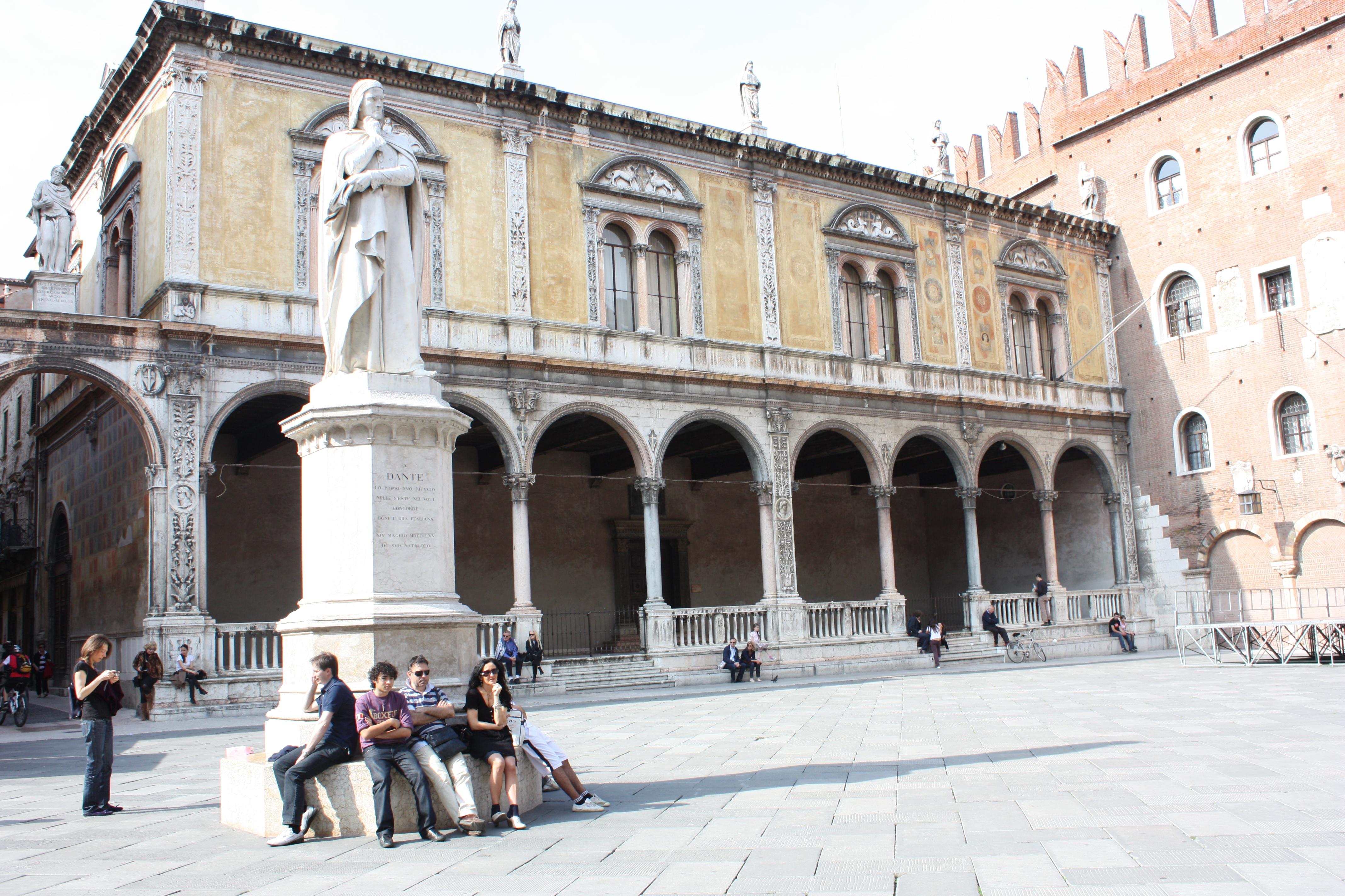Estátua de Dante Alighieri: ponto privilegiado de observação