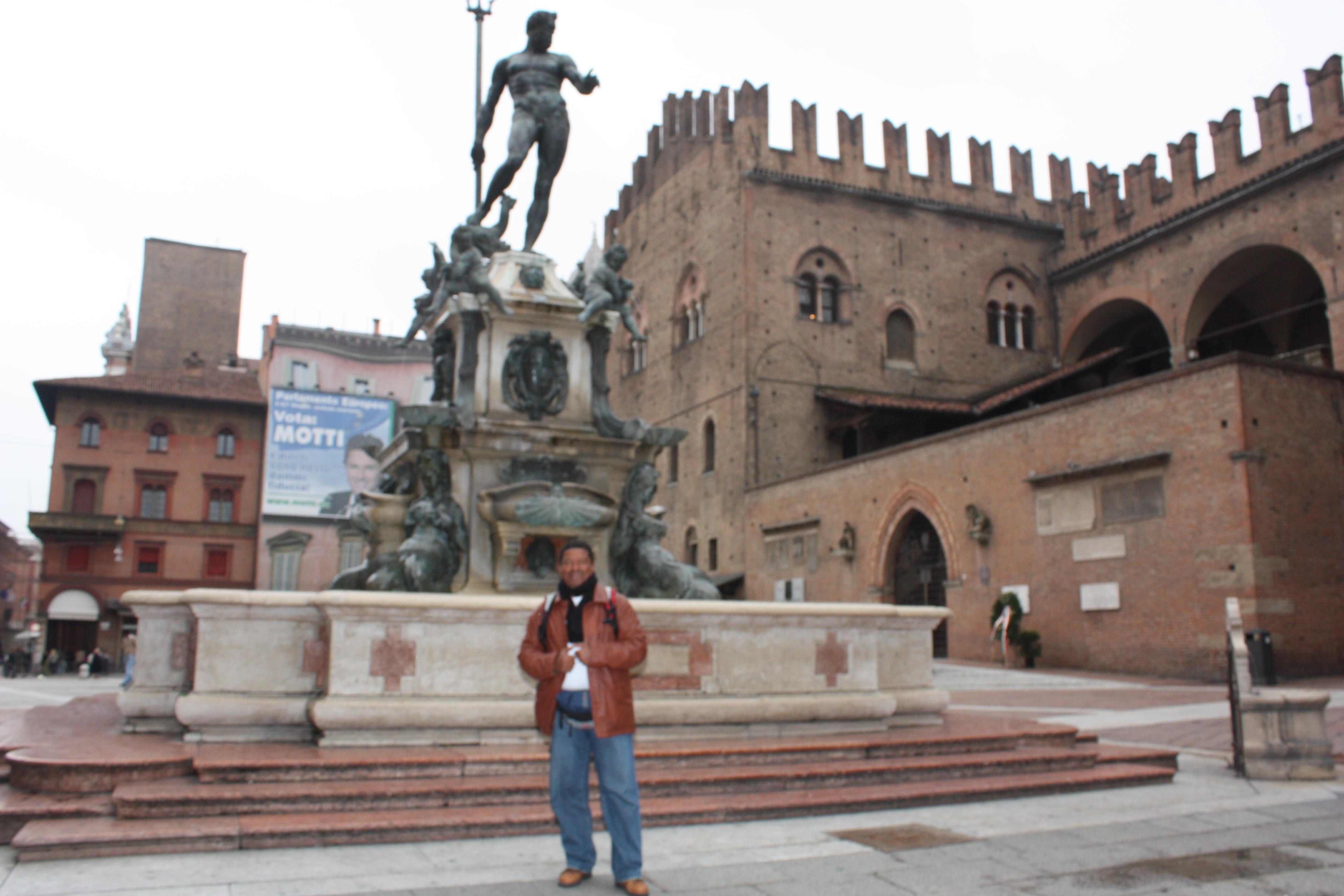 Este blogueiro na Piazza Del Nettuno; ao fundo, a estátua do escultor flamengo