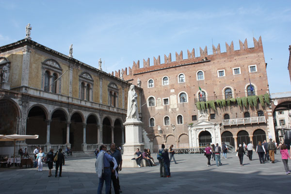 Piazza Dei Signori: (no centro) a estátua de Dante Alighieri