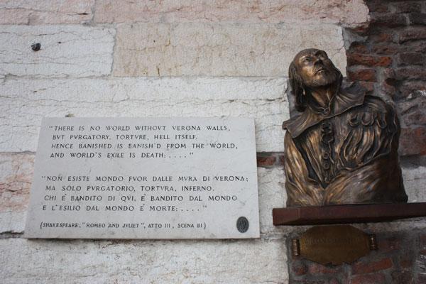 Textos e busto de Shakespeare