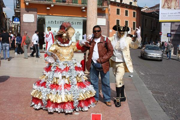 Este blogueiro entre o casal de modelos na Piazza Bra