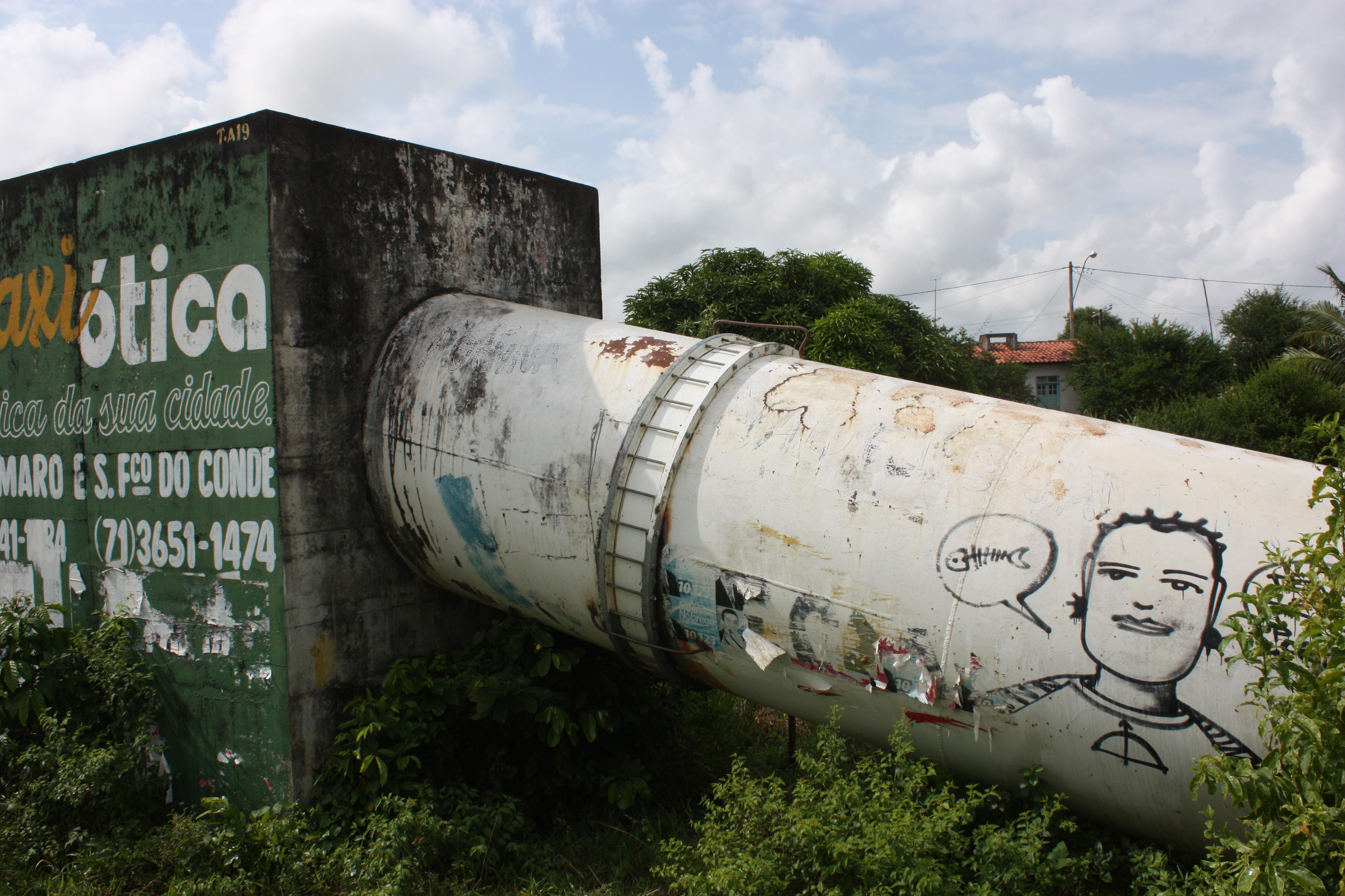 Personagem do grafiteiro Denissena na adutora de água, próximo a segunda linha férrea - Rodovia BA-o26