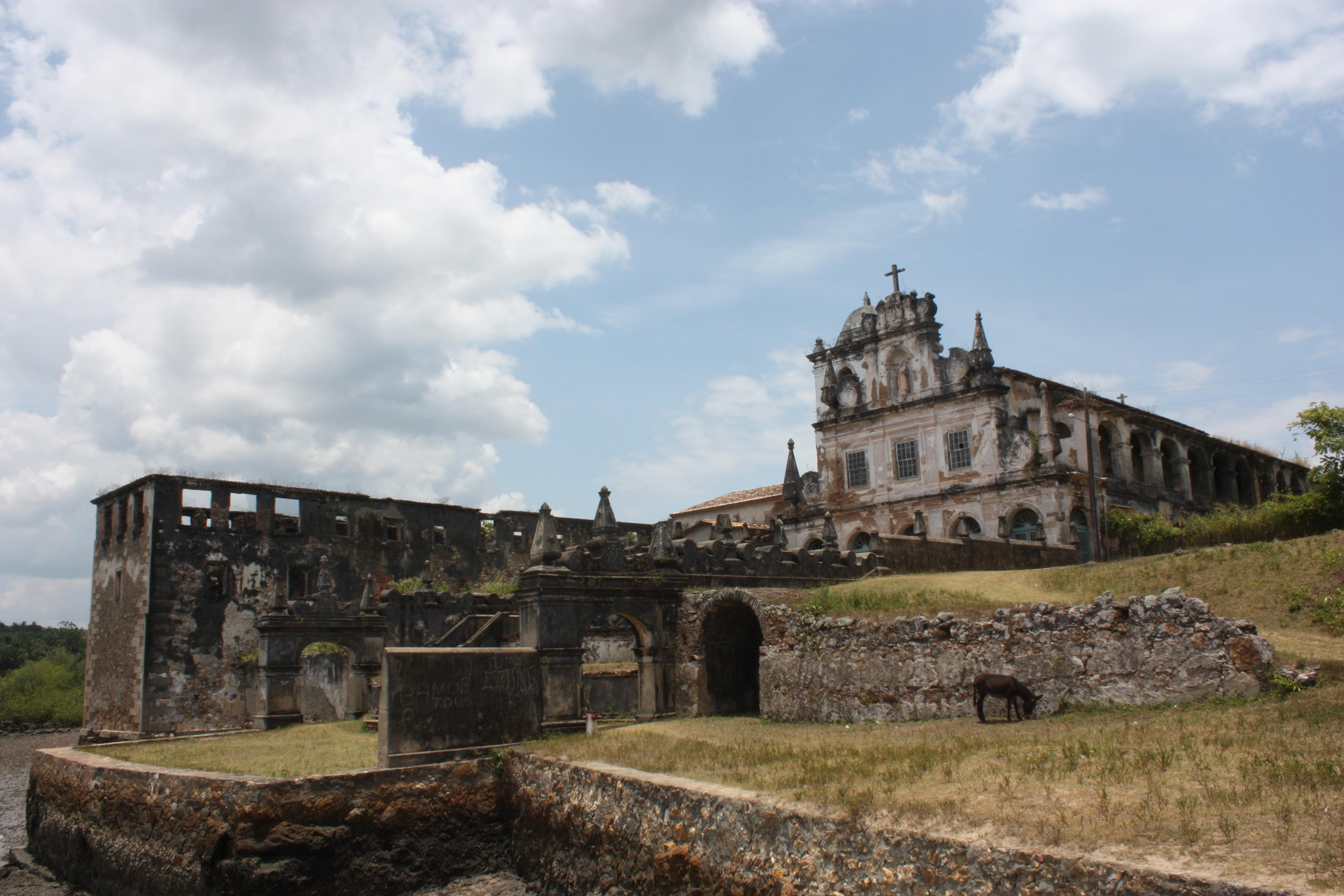 Vista panorâmica do convento (em ruínas à esq.) e a igreja de Santo Antônio do Paraguaçu