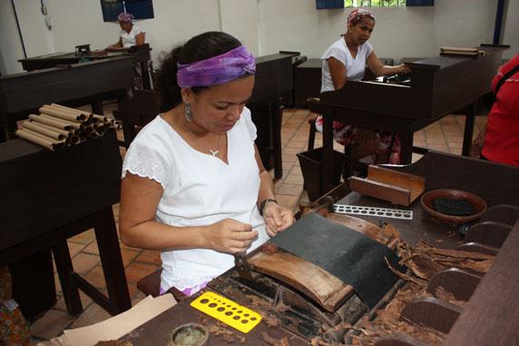 Detalhe do processo de preparação artesanal do charuto