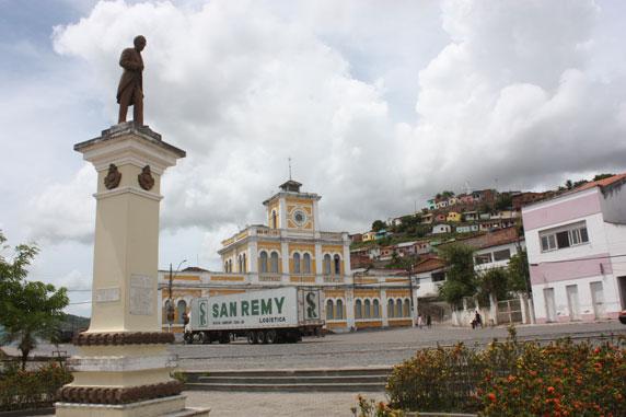 (E) Estátua de Castro Alves; no fundo, a antiga estação ferroviária