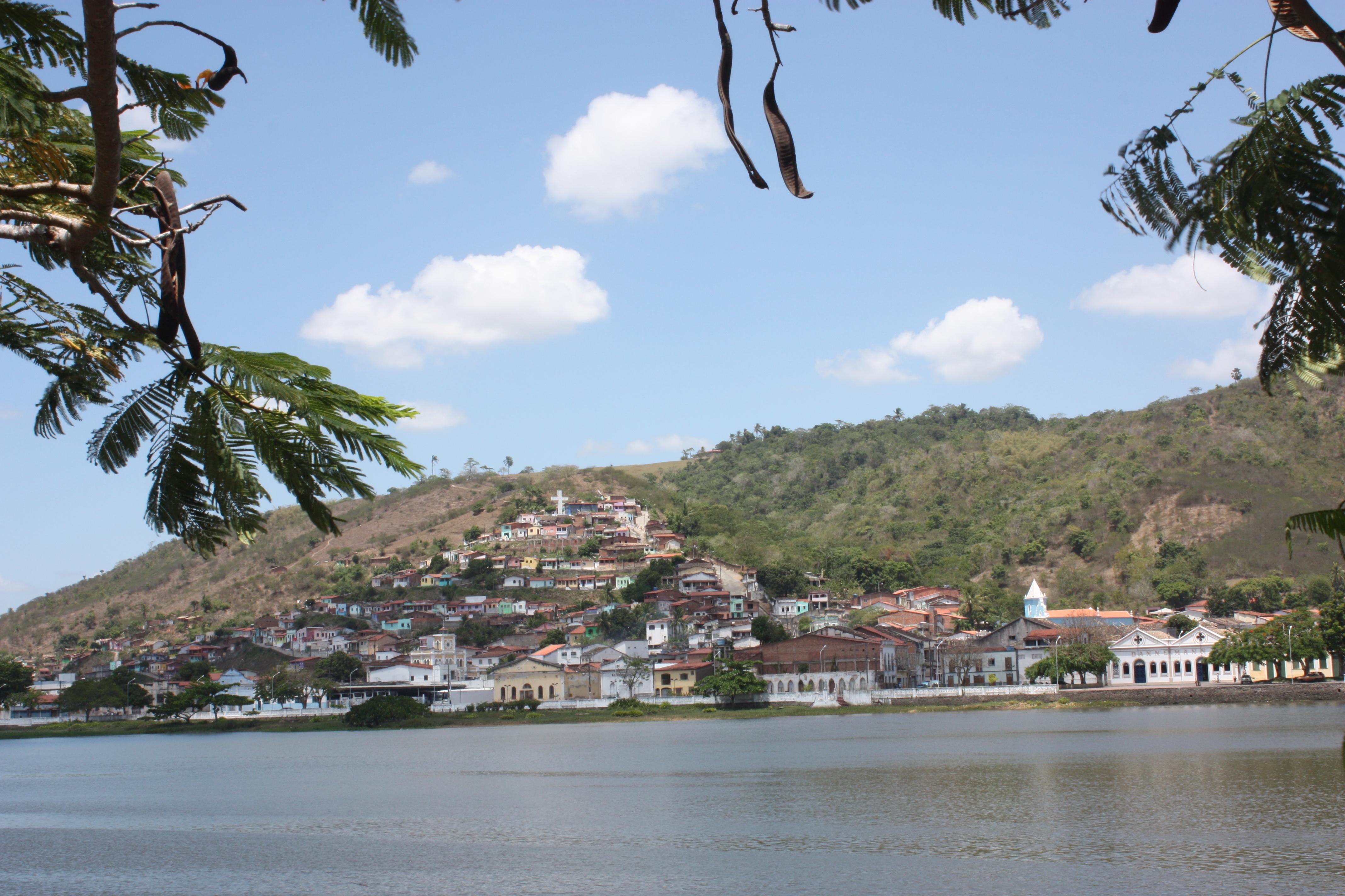 Visão panorâmica da linda paisagem emoldurada pelo rio Paraguaçu e as moradias construídas do vale para a montanha