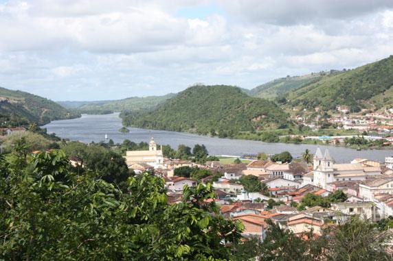Do Alto do Cruzeiro na Pitanga de Cima, uma vista parcial do rio Paraguaçu e das cidades de Cachoeira (à esq.) e São Félix