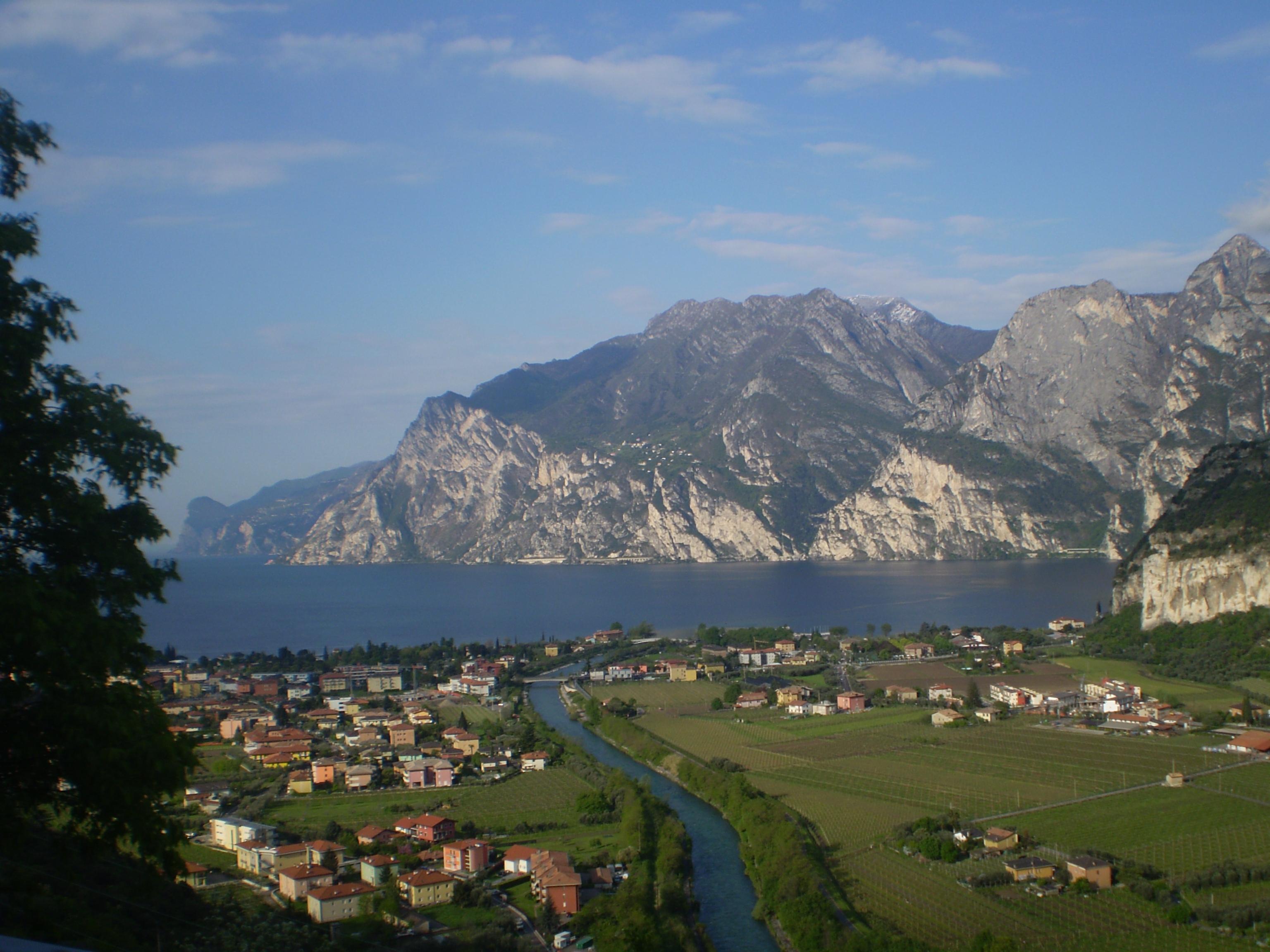 O belíssimo cenário do lago de Riva (centro), entre montanhas e casarios
