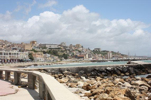 O belíssimo cenário da faixa litorânea banhada pelo Mar Mediterrâneo