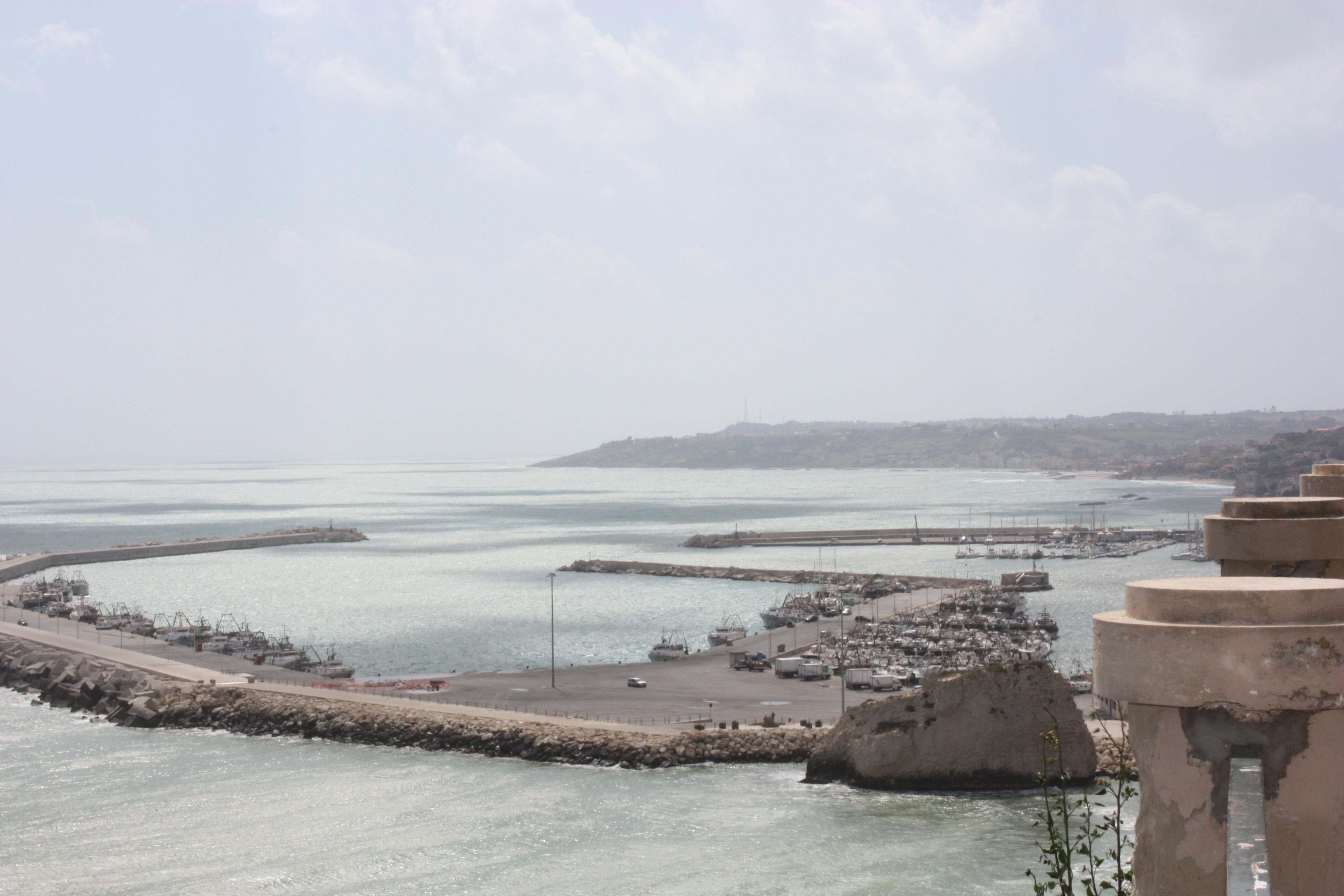 Panorâmica do porto: dezenas de embarcações da frota pesqueira de Sciacca