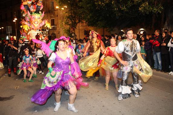 Grupos com trajes coloridos