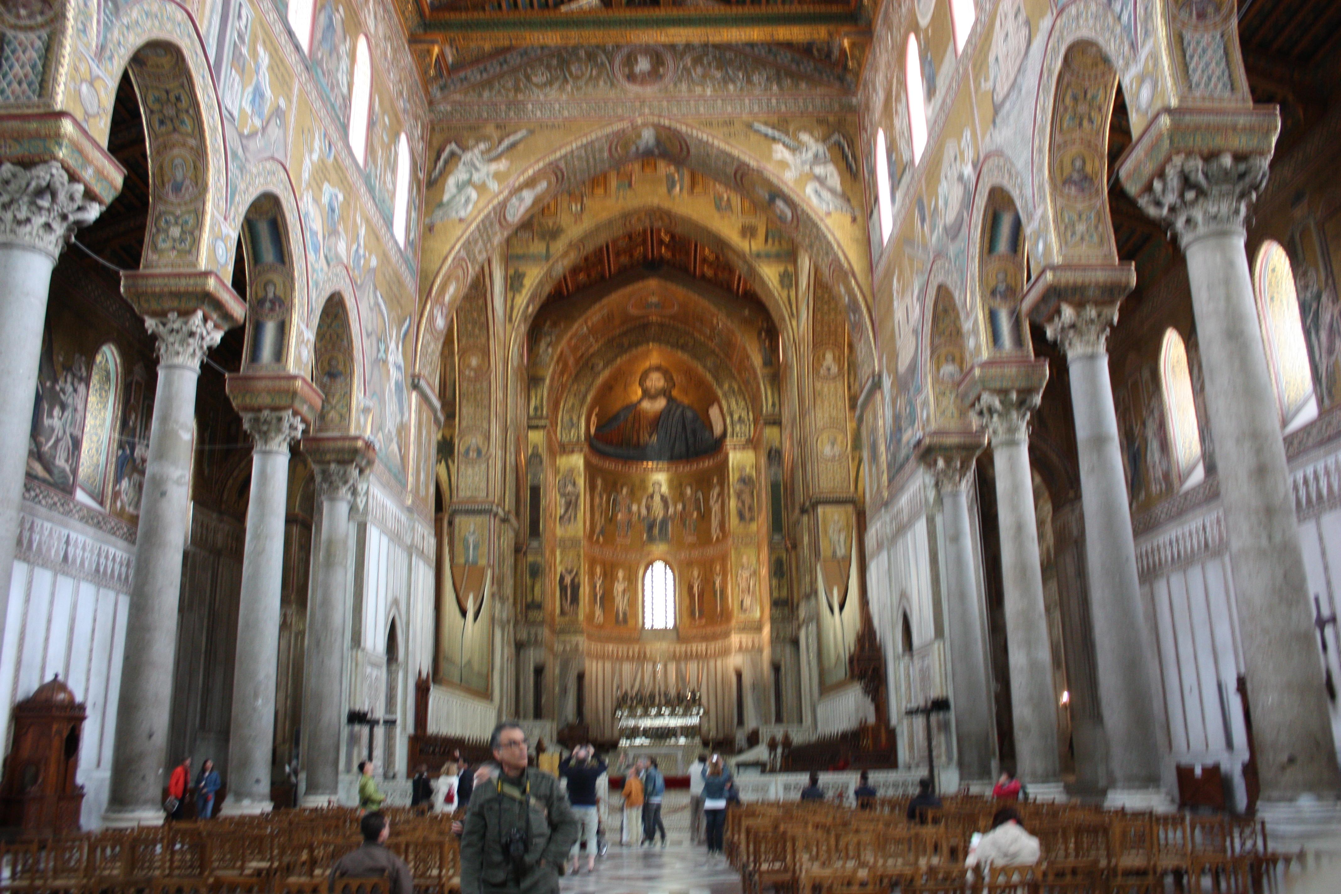O interior da catedral impressiona pela harmonia das linhas arquitetônicas e das paredes em mosaicos bizantinos