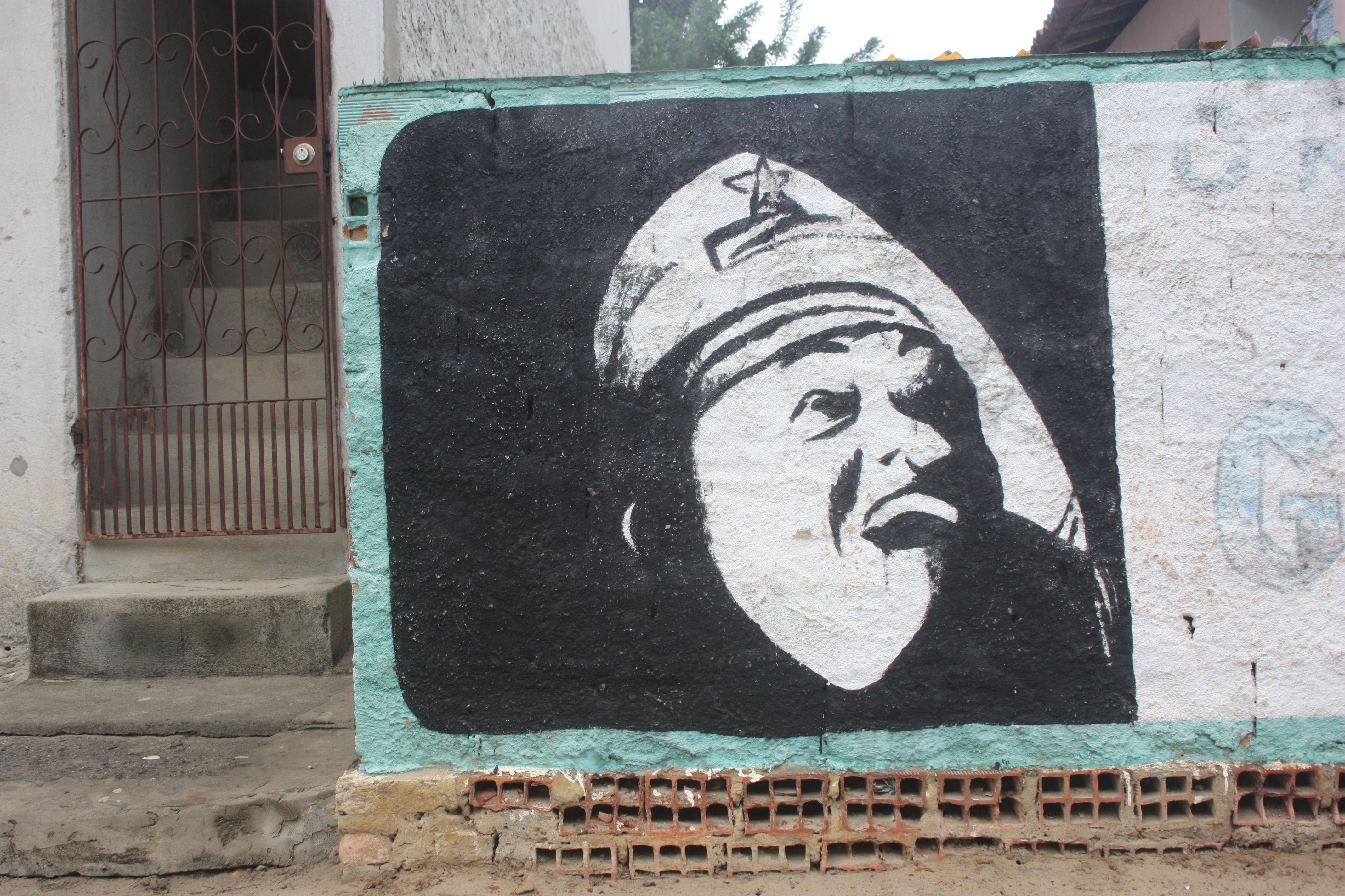 """Luiz Gonzaga """"o Rei do Baião"""": pintura de autor desconhecido no muro de uma casa próximo a cidade de Olindina, interior baiano"""