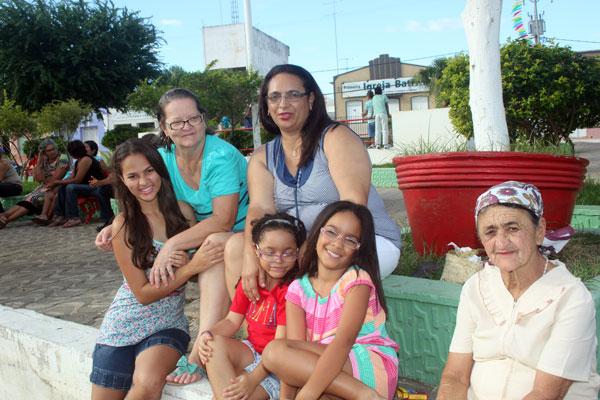 """Maria Helena (a anfitriã de blusa azul) com sua filha Ana Luisa, Shirley com nossas filhas Irani e Iamani e """"dona"""" Rita"""