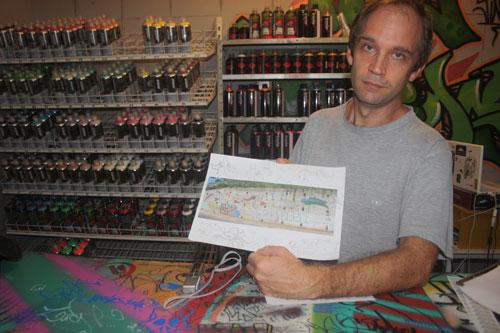Markuza na sua loja Mil Muros, mostra o esboço do painel que está em fase de conclusão na lateral da encosta da Avenida Vasco da Gama sentido Dique do Tororó