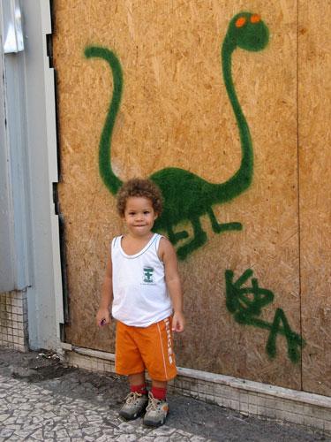 Lucas em frente de um dos primeiros bichinhos pintados pelo seu pai Kuza